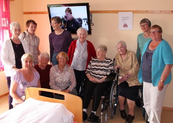 Medlemmene i Hasvik sanitetsforening poserer foran det nye fjernsynsapparatet
