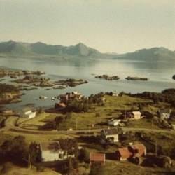 Utsikt over Guvåg mot Hadseløya, ca. 1970-72.  Originalbildet er lånt av Lillian Olsen