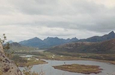 Fra Jørlandssjøen med del av Verhalsen til venstre, Jørlandsdalen i bakgrunnen. Sett fra Elvebakken, ca. 1965. Originalbildet er lånt av Johan Johansen