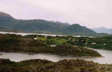 Den sentrale delen av Uvåg/Auvåg, sett fra Kråkberget, Ringstad, 2004. Røsnes/Guvåg i bakgrunnen. Foto: Oddmar Jensen
