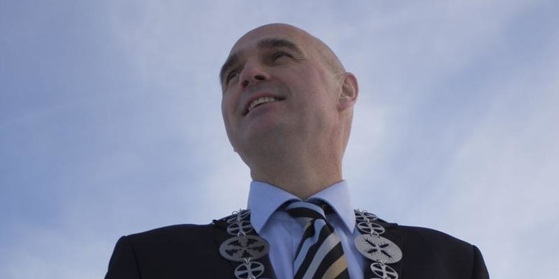 Ordfører ute med kjede_himmel i bakgrunnen_cropped_1051x644