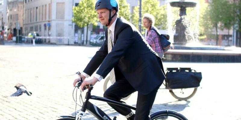 Mann på el-sykkel