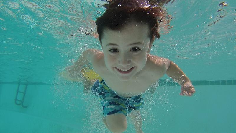 Svømmer i basseng
