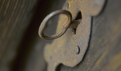 Nøkkel i gamal dør