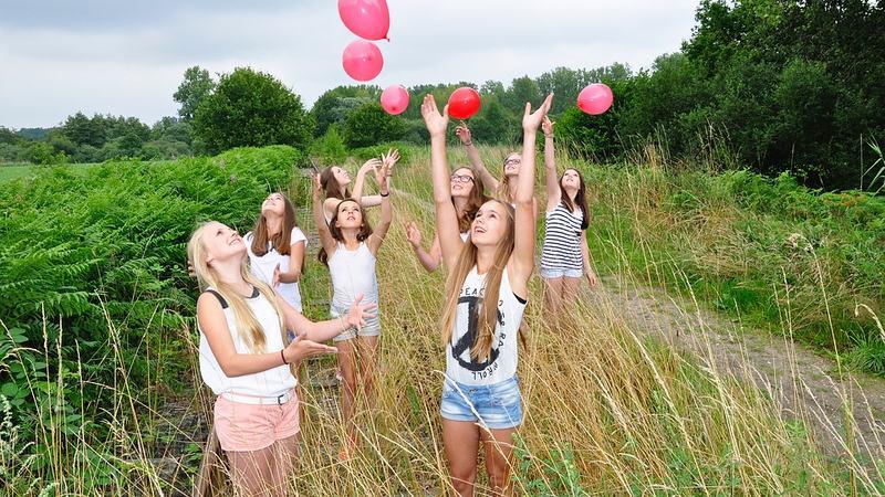 Jenter leker med ballonger