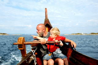Linda Sæle Kjenes_Ole og David i vikingskipet_vikingferd ved Fedje