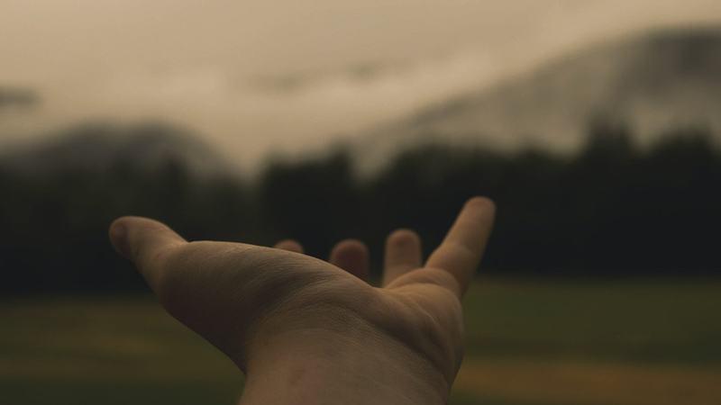 Rekker ut en hånd