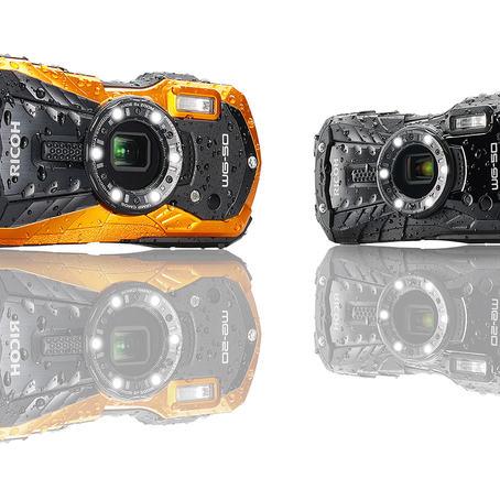 Den solide Ricoh WG-50 fås i svart eller orange farge.