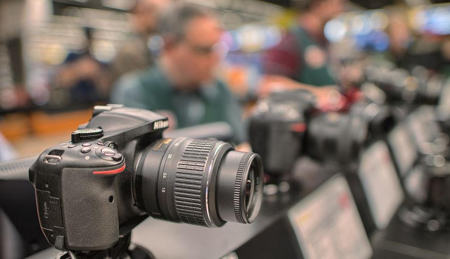 Kompaktkameraer går fortsatt ned, speilreflekssalget er stabilt, mens salget av speilløse kameraer økte hele 143 %.