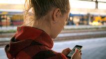 Jente som holder en mobiltelefon