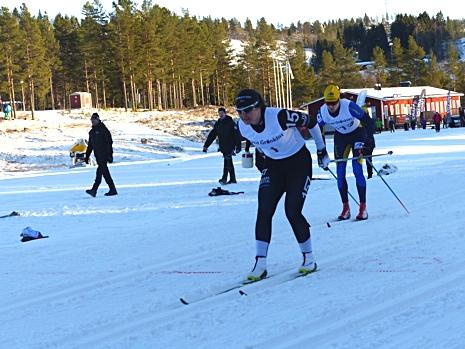 Britta i mål som segrare med herr-åttan Mattias Edvardsson snett bakom sig. FOTO: Johan Trygg/Längd.se.