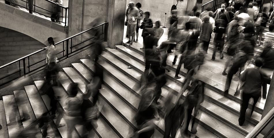 Bilde av masse folk som går opp og ned en trapp