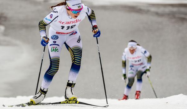 Ebba Andersson ångar på, jagad av Charlotte Kalla, vid landslagets träningstävling i Ramundberget häromdagen. Om en knapp vecka drar den svenska säsongen igång i Bruksvallarna trots mildvädret. FOTO: Jocke Lagercrantz.