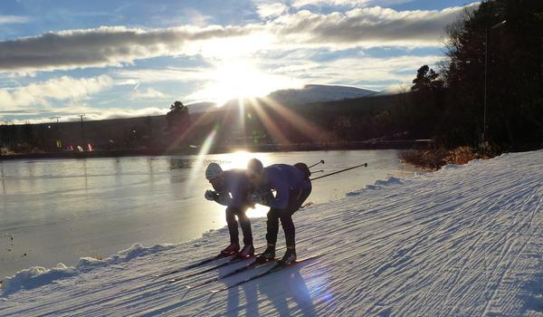 Det var full aktivitet med skid- och vallatester under torsdagen. Här testar IFK Umeå-duon Robin Norum och Erik Silfver glid. FOTO: Johan Trygg/Längd.se.