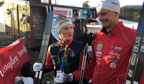 Delad glädje är dubbel glädje. Jens Burman och Karl-Johan Westberg sken ikapp med solen efter delad seger i Bruksvallarna. FOTO: Johan Trygg/Längd.se.