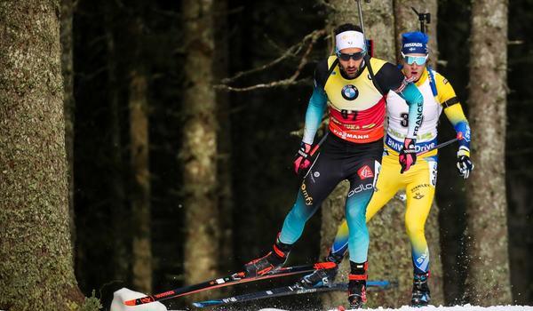 Sebastian Samuelsson åkte in på 14:e plats på sprinten i Pokljuka, Slovenien. Här ligger han i rygg på Martin Fourcade vid torsdagens distanslopp. FOTO: GEPA Pictures/Matic Klansek.