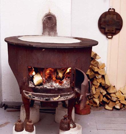 Lefse stekes på vedfyrt ovn