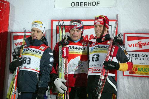 BLIR DET här pallen också på Alpe Cermis på söndag? Petter Northug (i mitten) tror dock inte att Marcus Hellner (t v) vinner… Axel Teichmann (t h) var trea totalt ifjol. Foto: MOA MOLANDER KRISTIANSEN