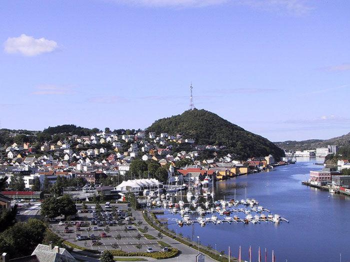 Egersund sentrum med byteltet fra Hafsøyne
