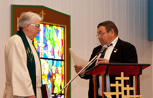 Leder i Hasvik menighetsråd leste innsettelsesbrevet fra biskopen