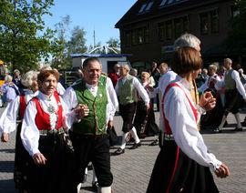 Folkedans på torget i Egersund