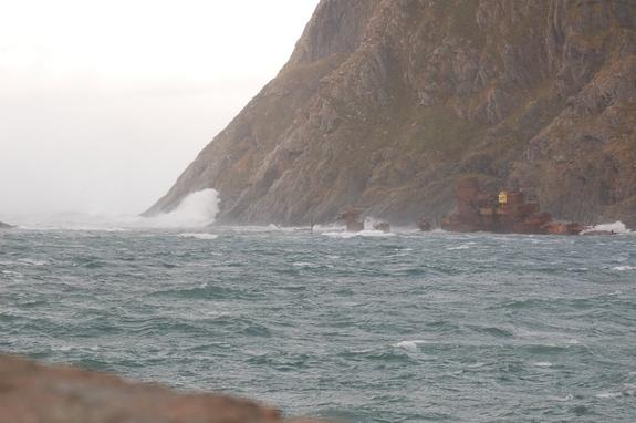 Krysseren Murmansk i sjøsprøyt på Sørvær - foto: Kim-Are Walsø