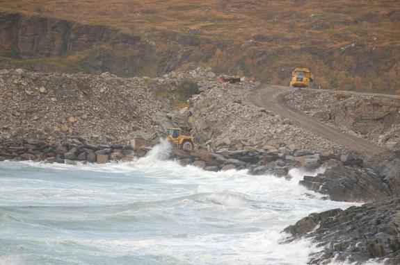 Hjullaster og sjøen - foto: Kim-Are Walsø