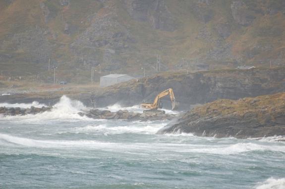 Gravemaskin i grov sjø - foto: Kim-Are Walsø