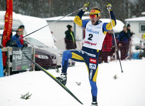 JUBEL FÖR EN NY SEGER! Emil Jönsson först över mållinjen i Bruksvallssprinten. Foto: MOA MOLANDER KRISTIANSEN