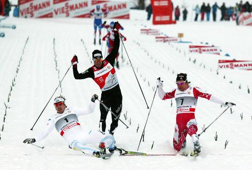 FOTOFINISH…!!! Emil Jönsson har precis kastat sig över mållinjen före Devon Kershaw, Kanada, medan Dario Cologna i mitten blir trea. Foto: MOA MOLANDER KRISTIANSEN