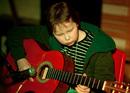 Benjamin Isaksen på gitar