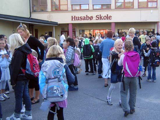 Barn og elever på Husabø skole