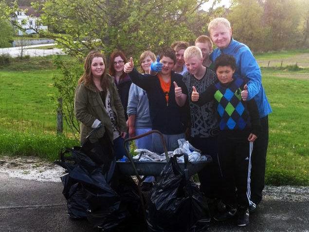Elever fra Hellvik skole plukker søppel