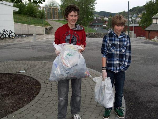 Elever fra Lagård ungdomsskole plukker søppel