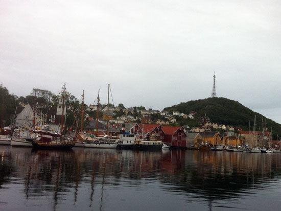 Kyststevne. Seilbater i indre havn forran kirken