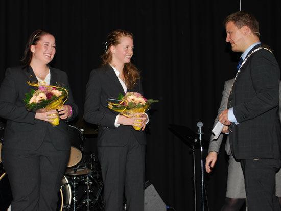 Solbjørg Byberg og Edel Susanne Hetland hedres av ordfører Terje Jørgensen