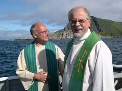 Presten og biskopen koste seg i finværet, kompr