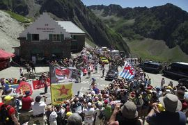 Folkfest på Col de Tourmalet under Tour de France. FOTO: Linus Trygg.