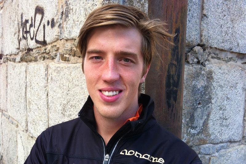 Calle Halfvarsson utmanar världsmästaren Johan Olsson vid Torsby Ski Festival. FOTO: Johan Trygg.