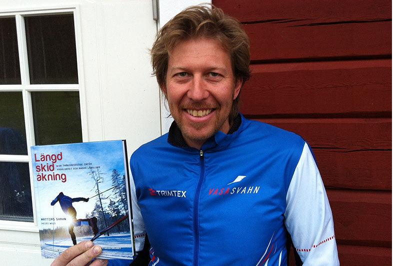 Mattias Svahn ger tips om hur man toppar formen till Alliansloppet. Här är han med sin egen bok om längdåkning som kom ut förra året. FOTO: Johan Trygg.