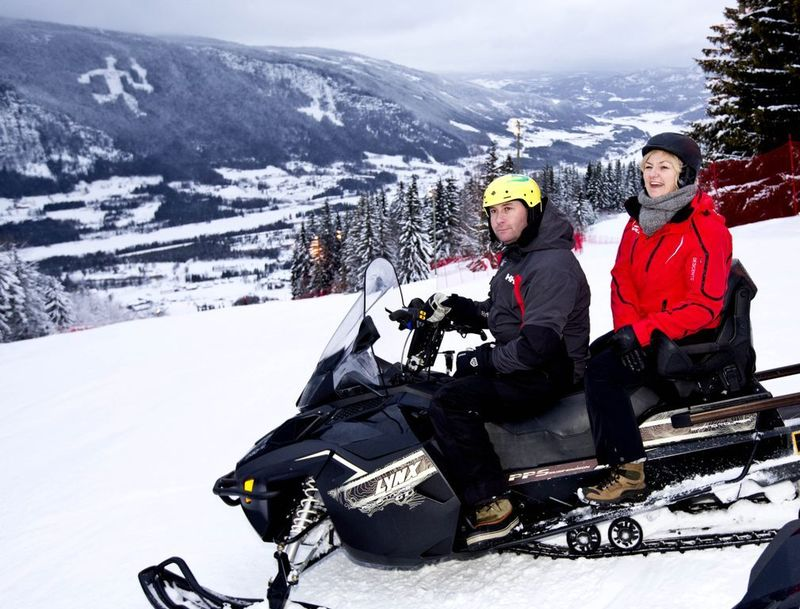 OL-direktør på snøscooter i Hafjell
