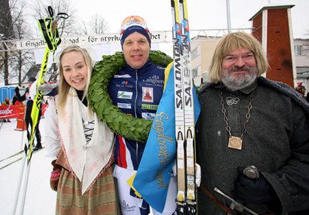 Daniel Tynell njuter av sin första seger i Engelbrektsloppet i vintras. Anmälningarna rullar nu in till kommande upplaga. FOTO: Jörgen Hjerpe.