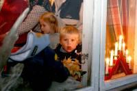 barn gjennom vindu