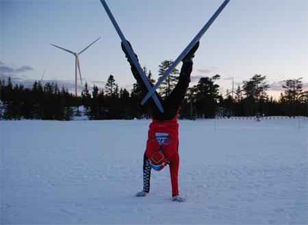 Robin Bryntesson leker vindkraftverk. FOTO: Hans Runesson.