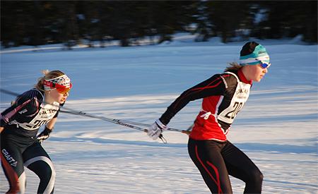 Julia Svan före Hanna Brodin på O2-sprinten. FOTO: Hans Runeson.