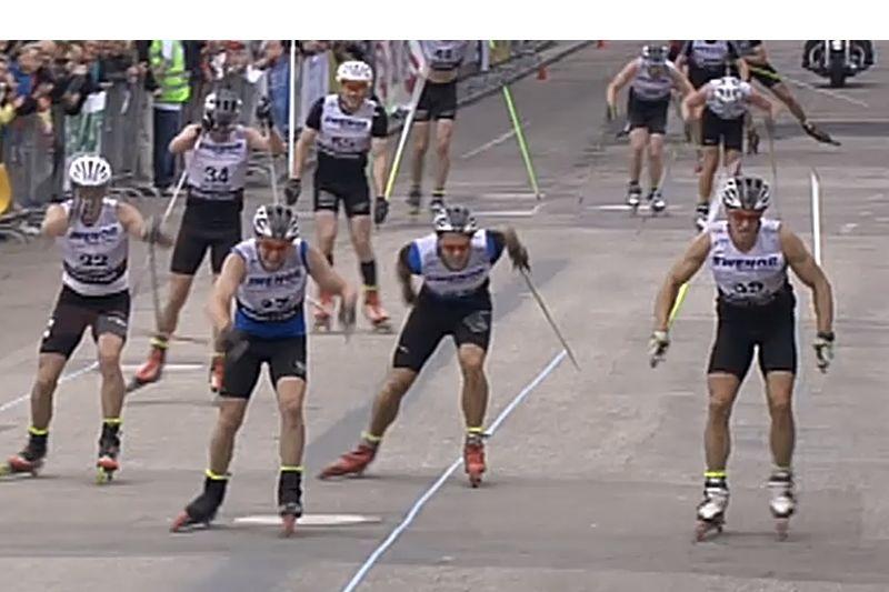 Avgörandet på SM i rullskidor. Marcus Johansson längst till höger vinner precis före Joakim Engström. FOTO: SVT.
