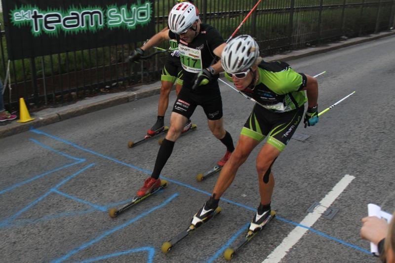 Sä här tight var det mellan Tobias Westman och Karl-Johan Westberg på Jönköping Open Rollerski. FOTO: Per Orestig.