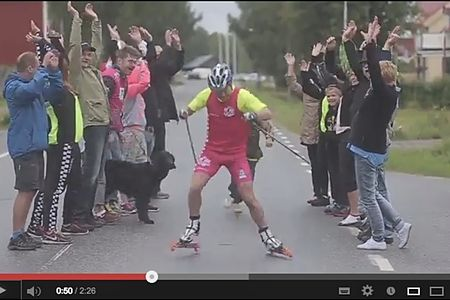 Robin Bryntesson när han lämnade Rossön i morse för att åka rullskidor till Trollhättan och Alliansloppet.