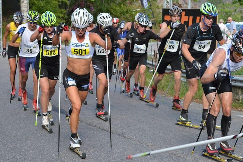 På väg ut på sista varvet. Sandra Hansson med Ida Ingemarsdotter tätt i rygg. Tjejerna fick också tampas hårt med herråkarna runt omkring. FOTO: Johan Trygg.