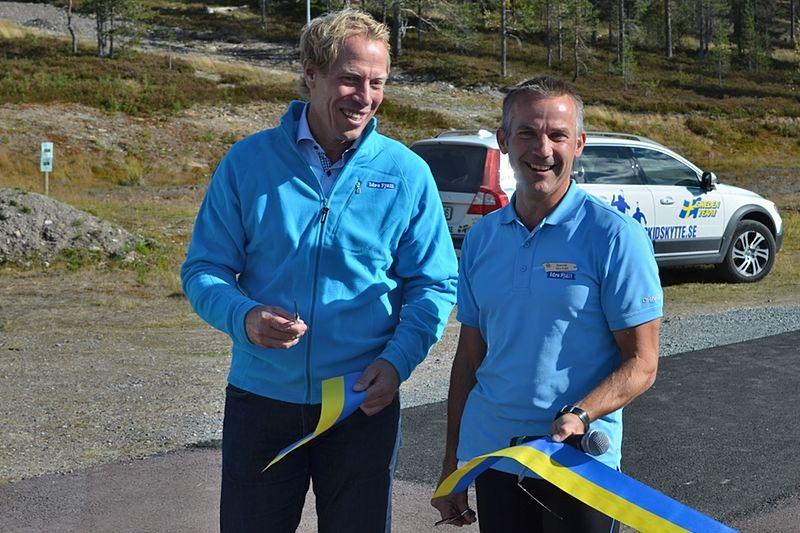 Jonas Bergqvist och Joakim Johansson klipper bandet vid invigningen av Idre Fjälls rullskidbana. FOTO: Johan Trygg.